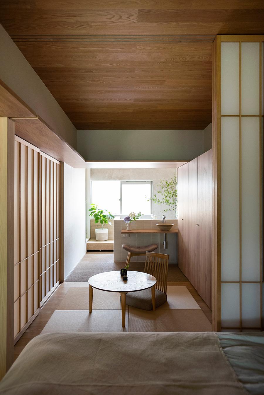 リビングからバスルームまで、ひとつながりに。北側窓からの柔らかい光が室内まで入り込む。