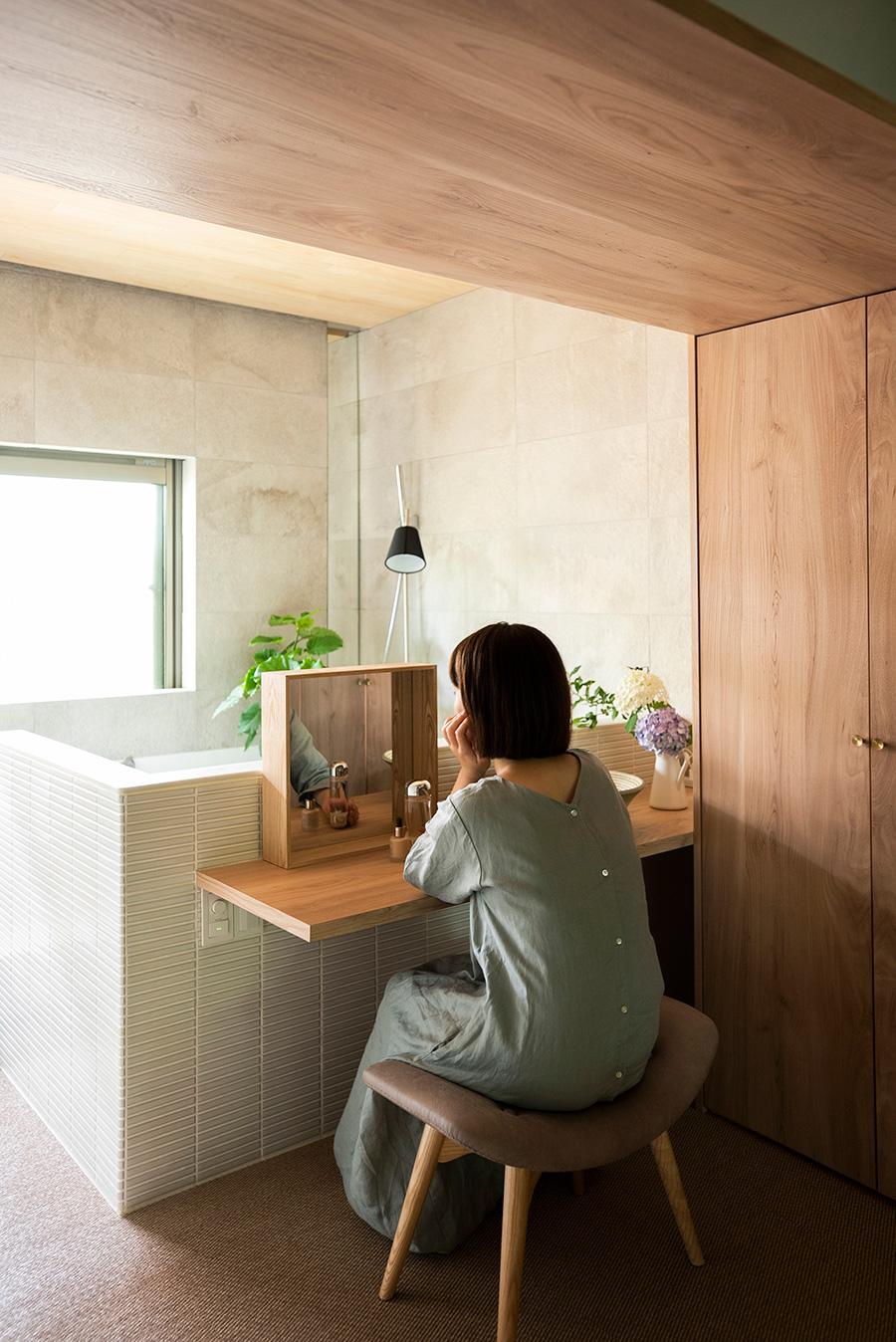 造作したカウンターは、普段はメイクコーナーに。手洗い鉢があると便利。