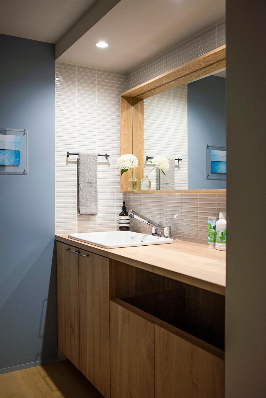 ブルーの壁紙をあしらった洗面は、どこか北欧の雰囲気。