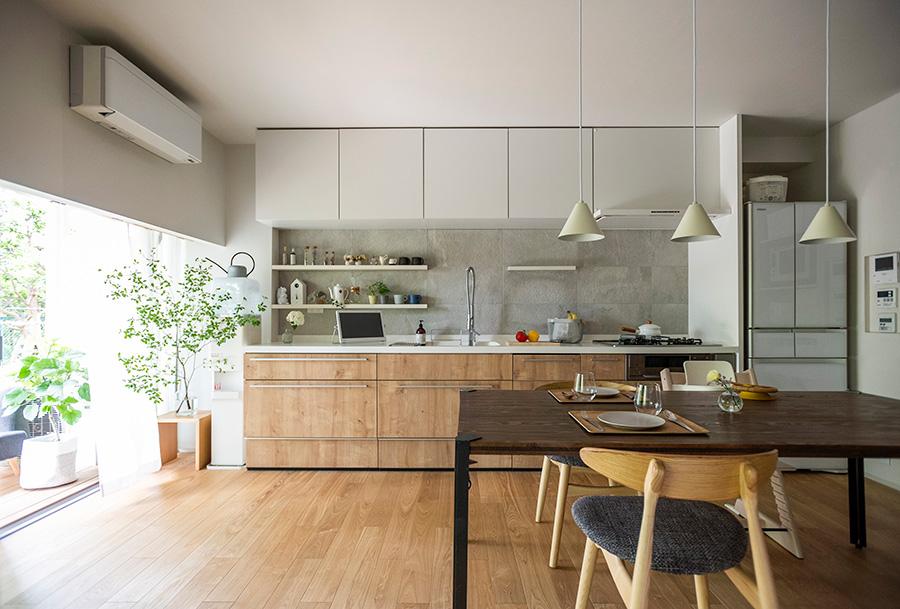 スケールの大きなキッチン台にすることで、インテリア性を高めたキッチン。収納もたっぷり。