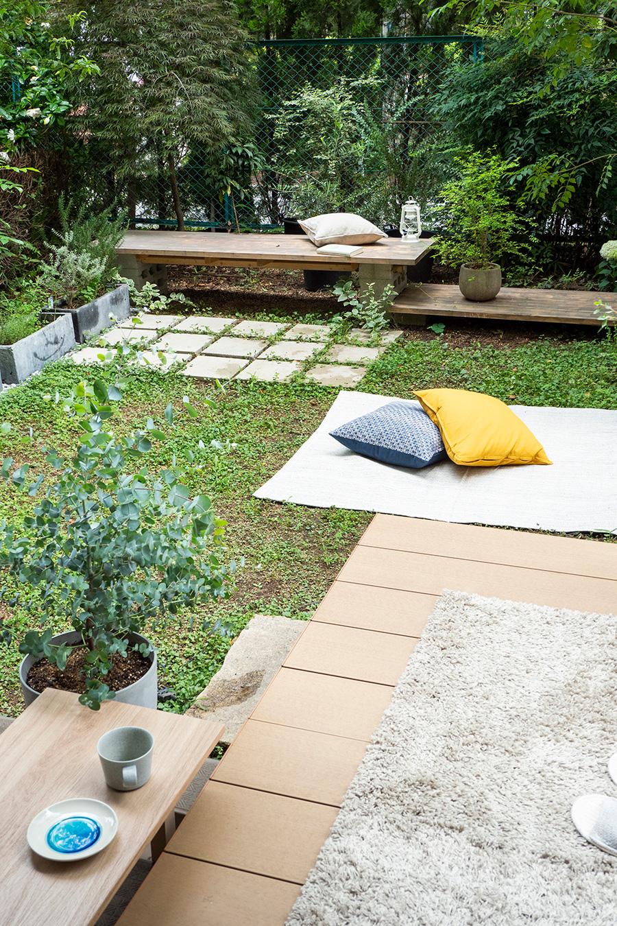 庭には、コンクリートブロックを脚にしたベンチをDIY。踏み石や、砂利敷きも自ら施工したもの。