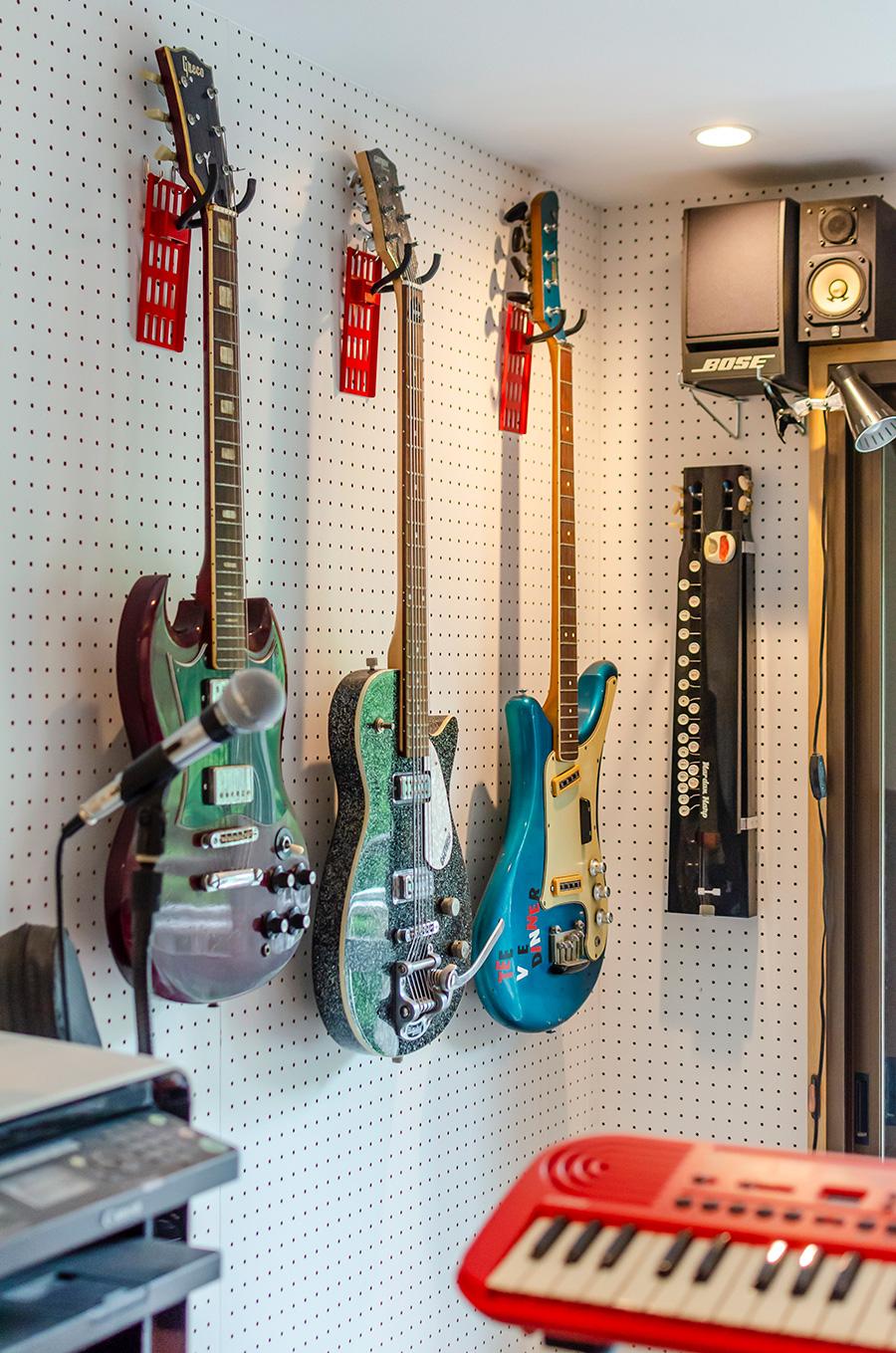 この部屋でほぼ毎日、趣味のギターを演奏する。