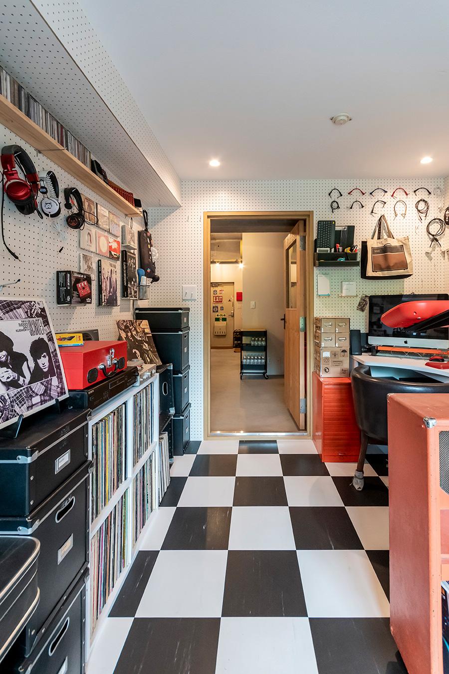 床はライブハウスをイメージして白黒の市松模様に。