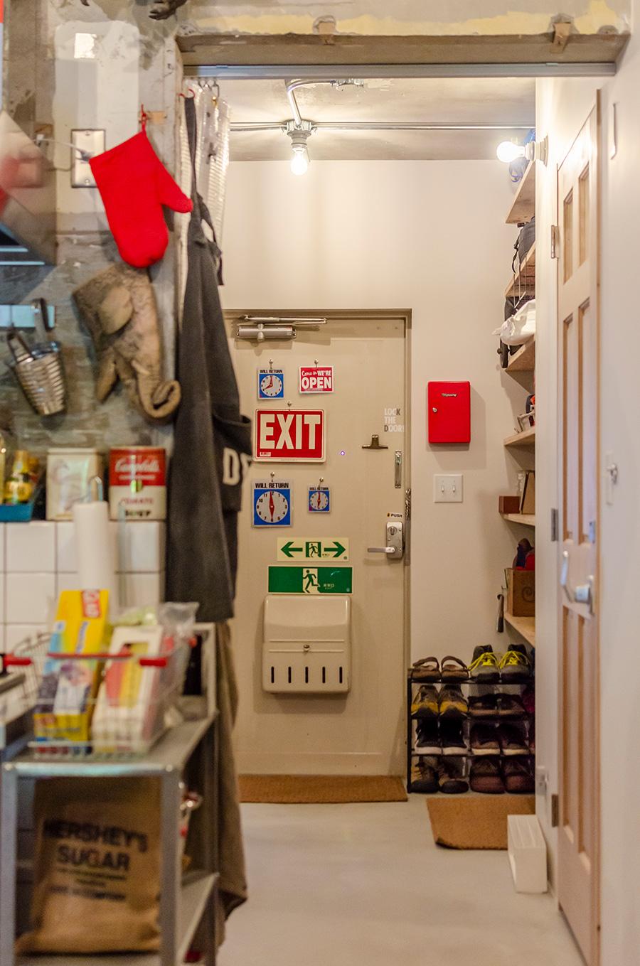 裸電球の照明が玄関をあたたかく照らす。