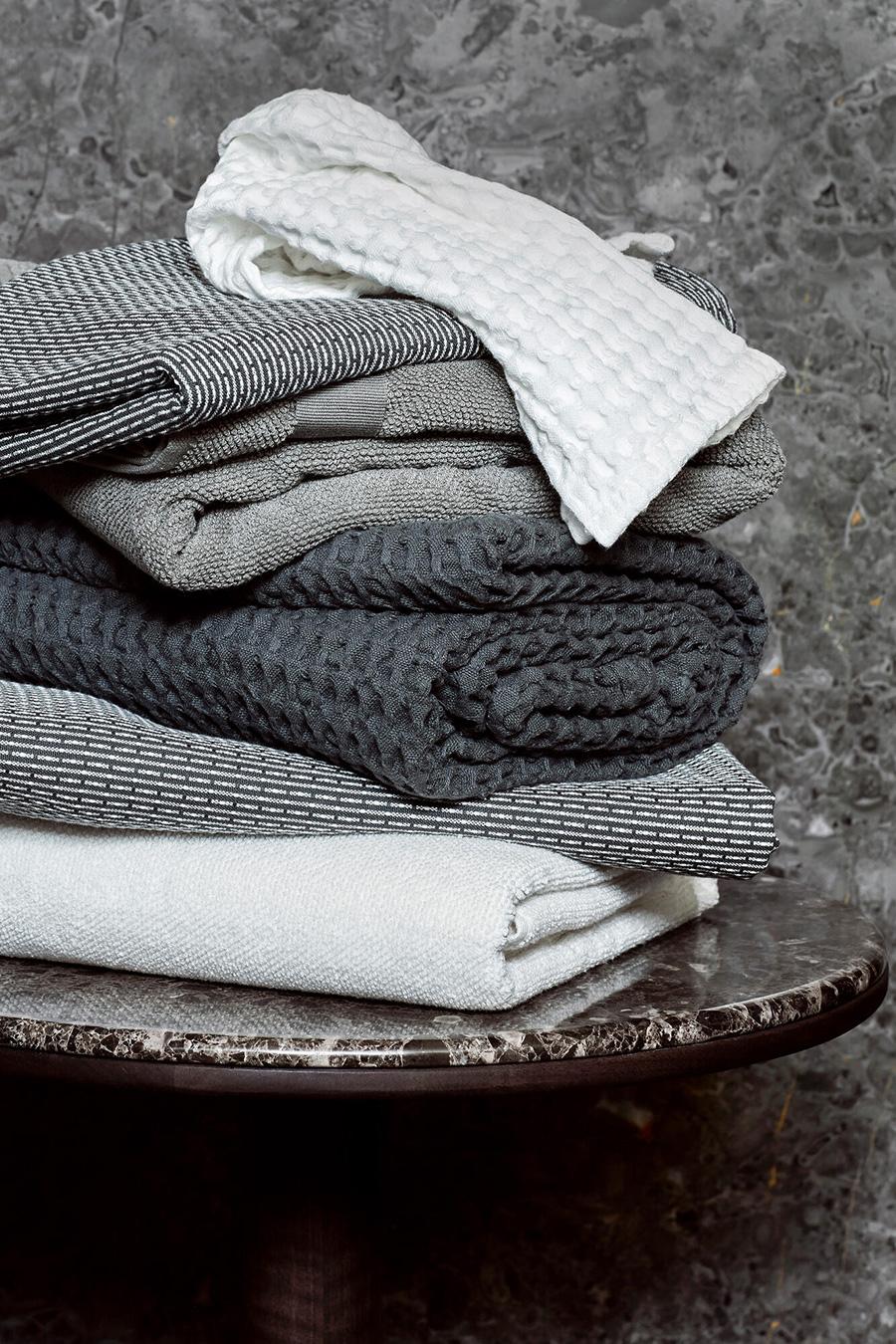 ビッグワッフルシリーズは贅沢な厚みがあり、軽く素肌をなでるだけで水分を吸収してくれる。