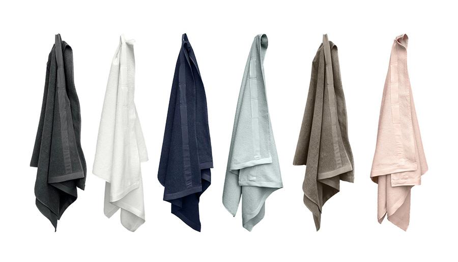 EVERYDAY HAND TOWEL 40×70cm 各¥3,000 EVERYDAY BATH TOWEL TO WRAP+ 160×75cm 各¥9,800 全6色展開、ダークグレー・ナチュラルホワイト・ダークブルー・スカイ・クレイ・ペールローズ