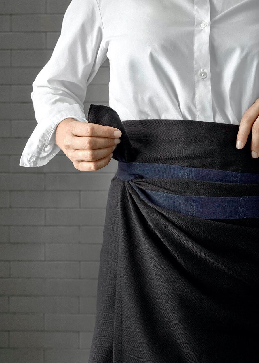 タオルとエプロンの両方を兼ねるフレキシブルなタオル。 ブラックは、ネイビーのループテープがアクセントに。モードな配色がカッコいい。