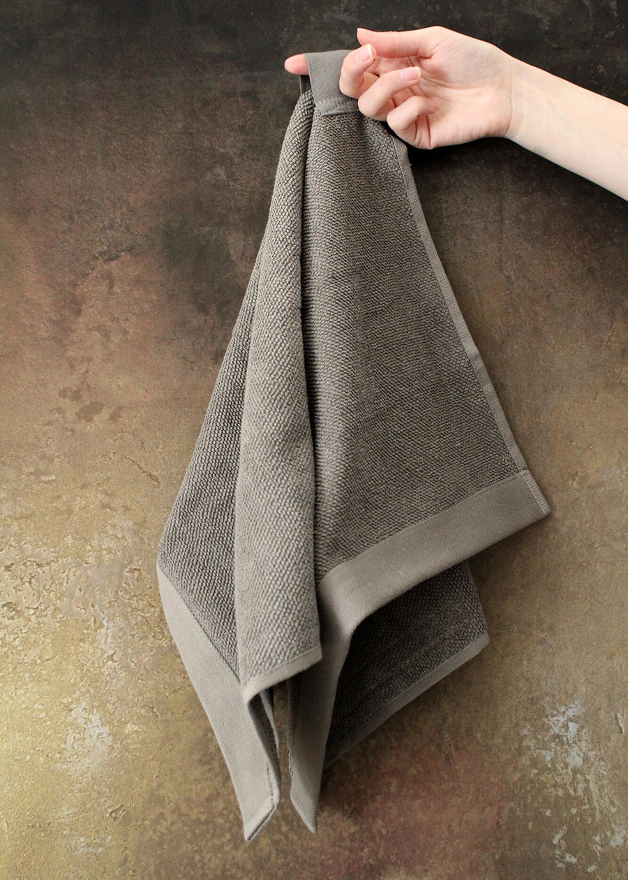 扱いやすいオールマイティーなサイズ感。ハンドタオルや小ぶりなバスマットとしてもおすすめ。吊るせるループ付き。