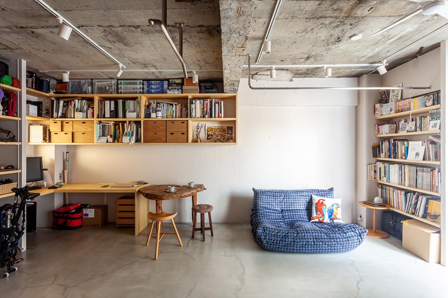 リビングの一角に、柱を活かして天板を渡し、ワークスペースを設けた例。L字型になっていて、夫婦ふたりで作業ができる。