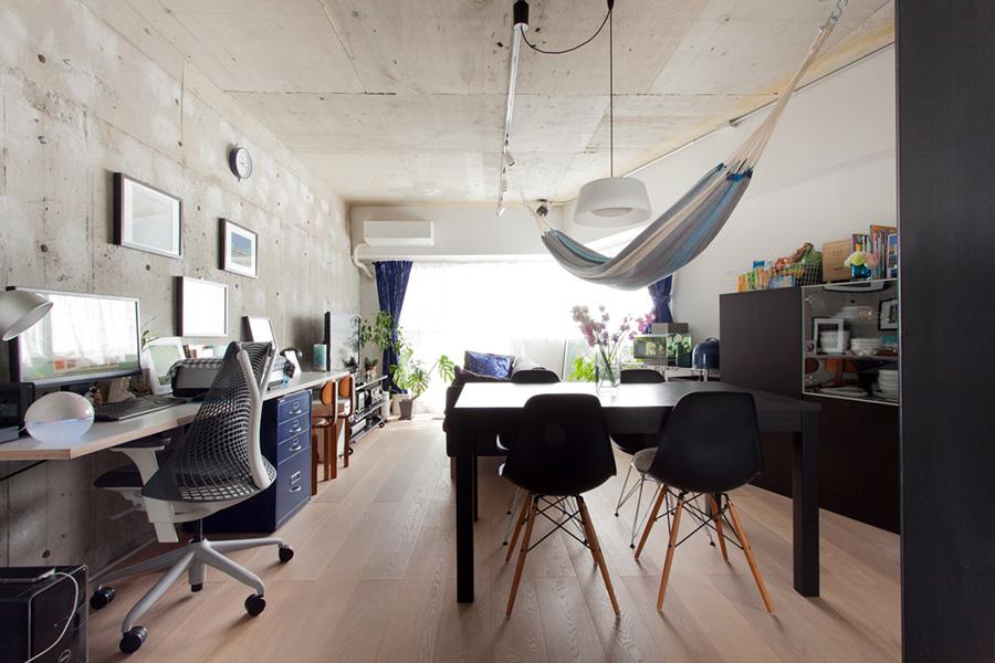 壁にブラケットを取り付けて天板を載せた。脚がないのですっきりとして見える。長めのサイズなので、子供の勉強を見ながら仕事をすることもできる。