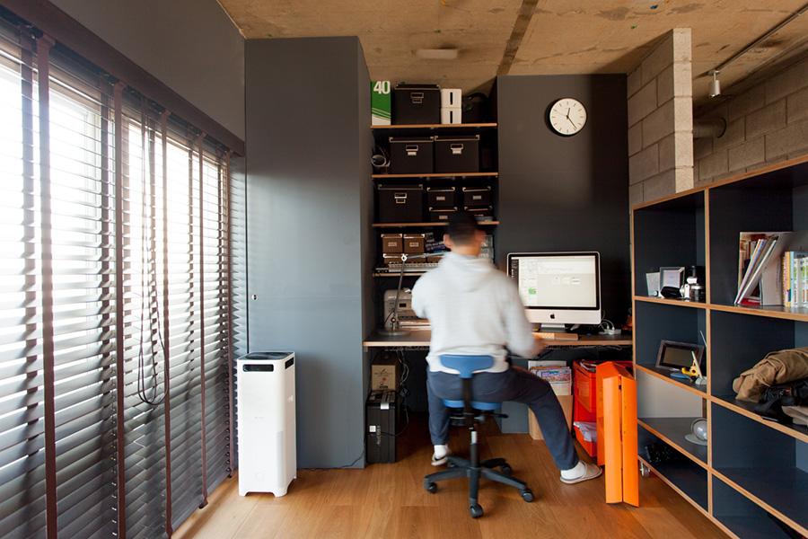右手の可動式の棚により、個室のワークスペースが誕生。使わないときは棚をデスク側に寄せておけば、リビングが広々と使える。