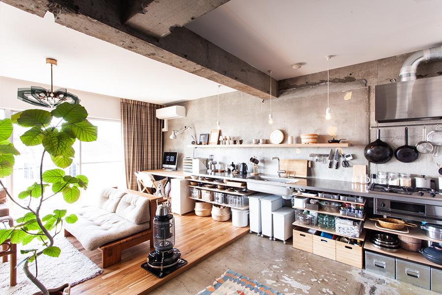 見せる収納が上手なお宅のキッチン。その脇にワークスペースを。飾り棚と同じ素材でデスクを作ったことで、統一感を生んでいる。