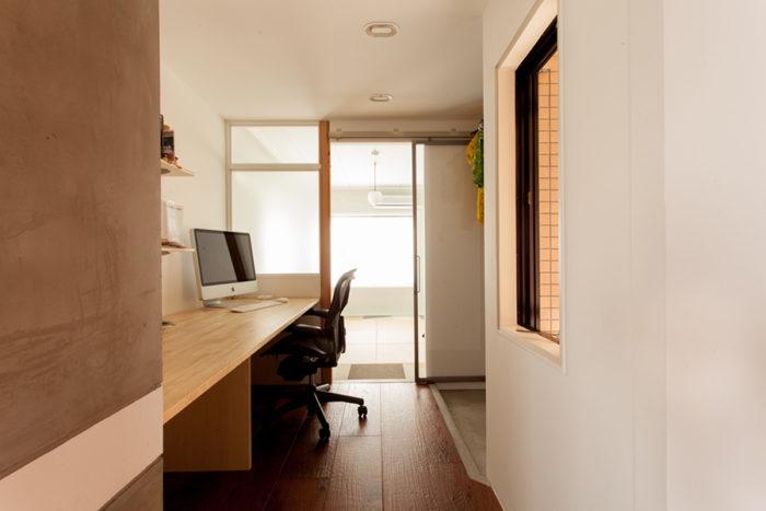 廊下にあった収納を取り壊してワークスペースに。部屋と部屋の間を活用。