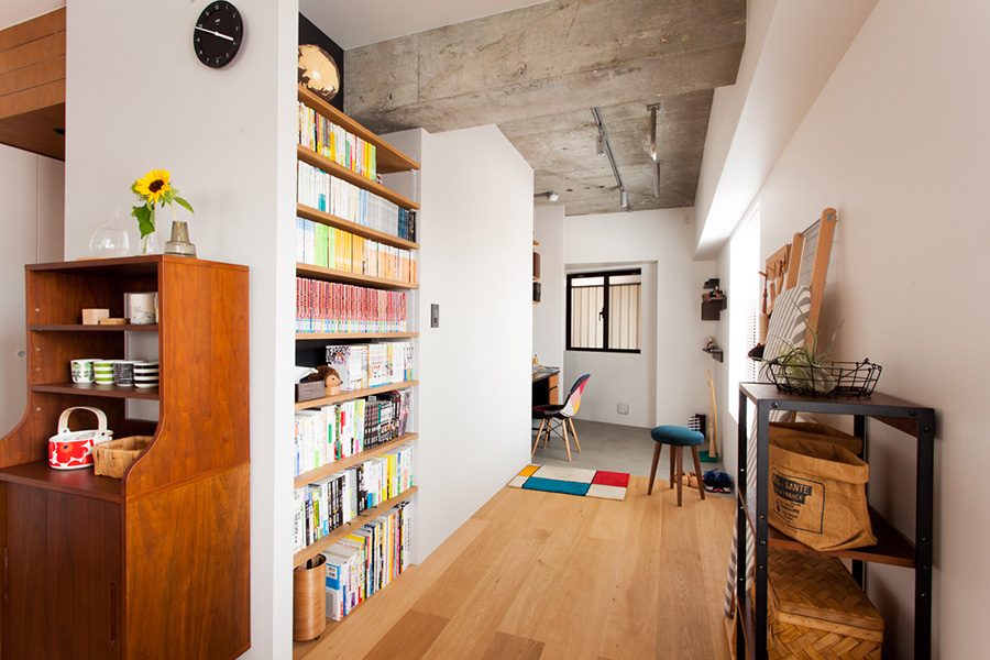 通路には本棚も造作。この本棚とワークスペースのある部分を回遊できる造りになっている。