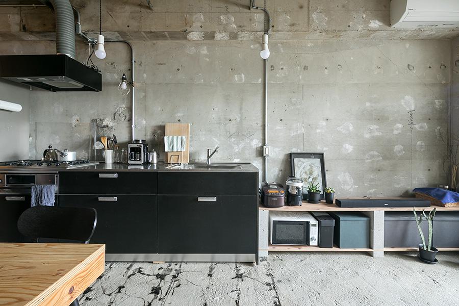 キッチンは素地のMDFで納品されるtoolboxのオリジナル。「床を剥がして出てきた接着剤の黒に合わせてキッチンの扉を黒に決め、DIYで塗装しました」