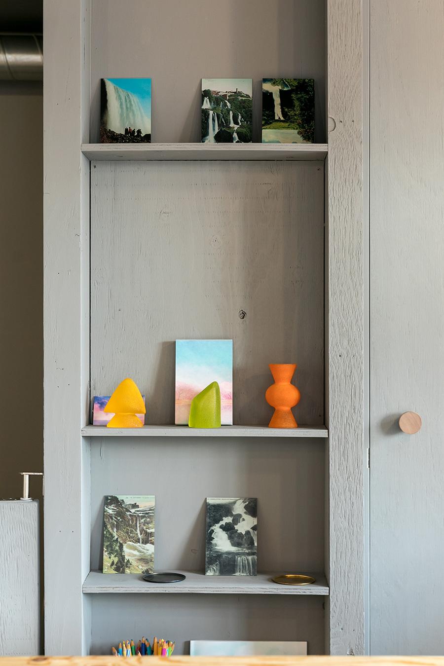 棚にはガラス作家の高橋漠さんの作品が飾られている。
