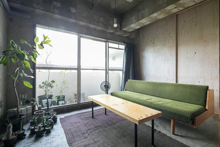 ハンス・J・ウェグナーのヴィンテージソファを、北欧系に強い家具店で購入。「丸い脚のレアなモデルです」。ソファの後は物入れの引き戸。