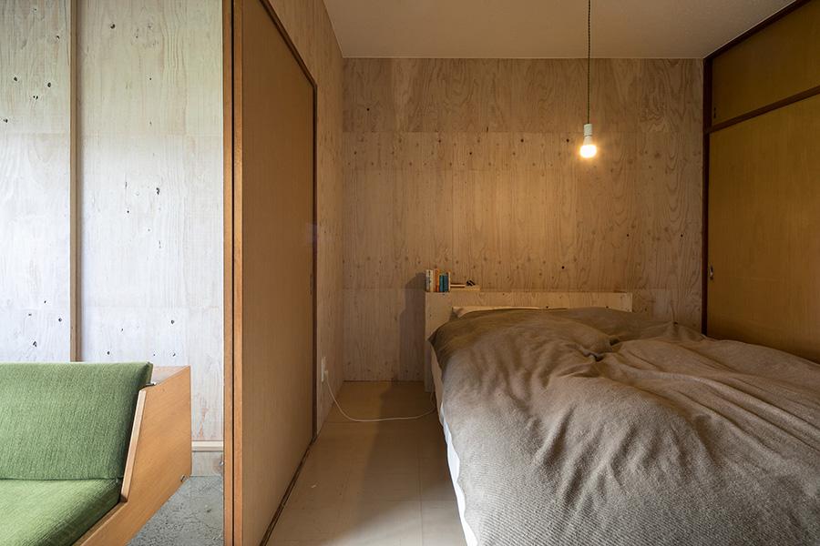 ベッドルームの壁の針葉樹合板も同じ塗料で。「ベッドルームのほうがアラが目立たないので、こちらを先に塗ってコツをつかみつつ、最後にリビングの引き戸に取り掛かりました」