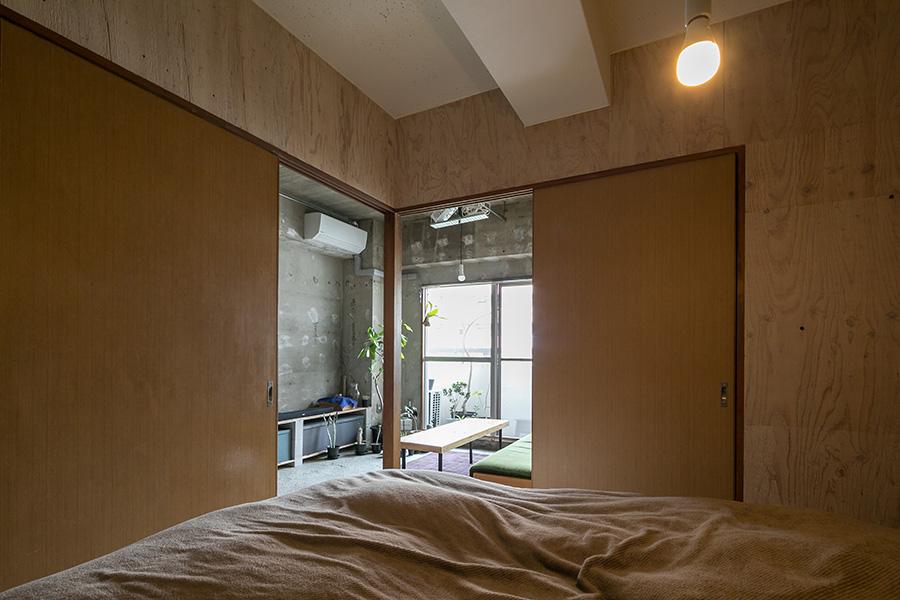 ベッドルームの床は一段高くなっていて、襖を閉めると巣ごもり感があり、ぐっすり眠れる。