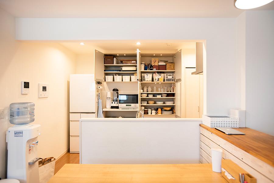 家族それぞれが使いやすく、元に戻しやすい定位置を決めたキッチン収納。ステイホーム期間中に電子レンジを購入。レパートリーを増やしたそう。