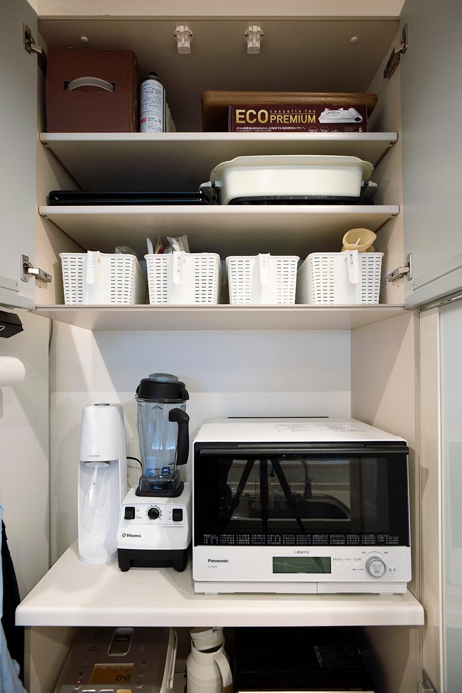 棚の上段には時々使うものを。持ち手つきのカゴにはストロー、紙コップなどをアイテム毎に収納。