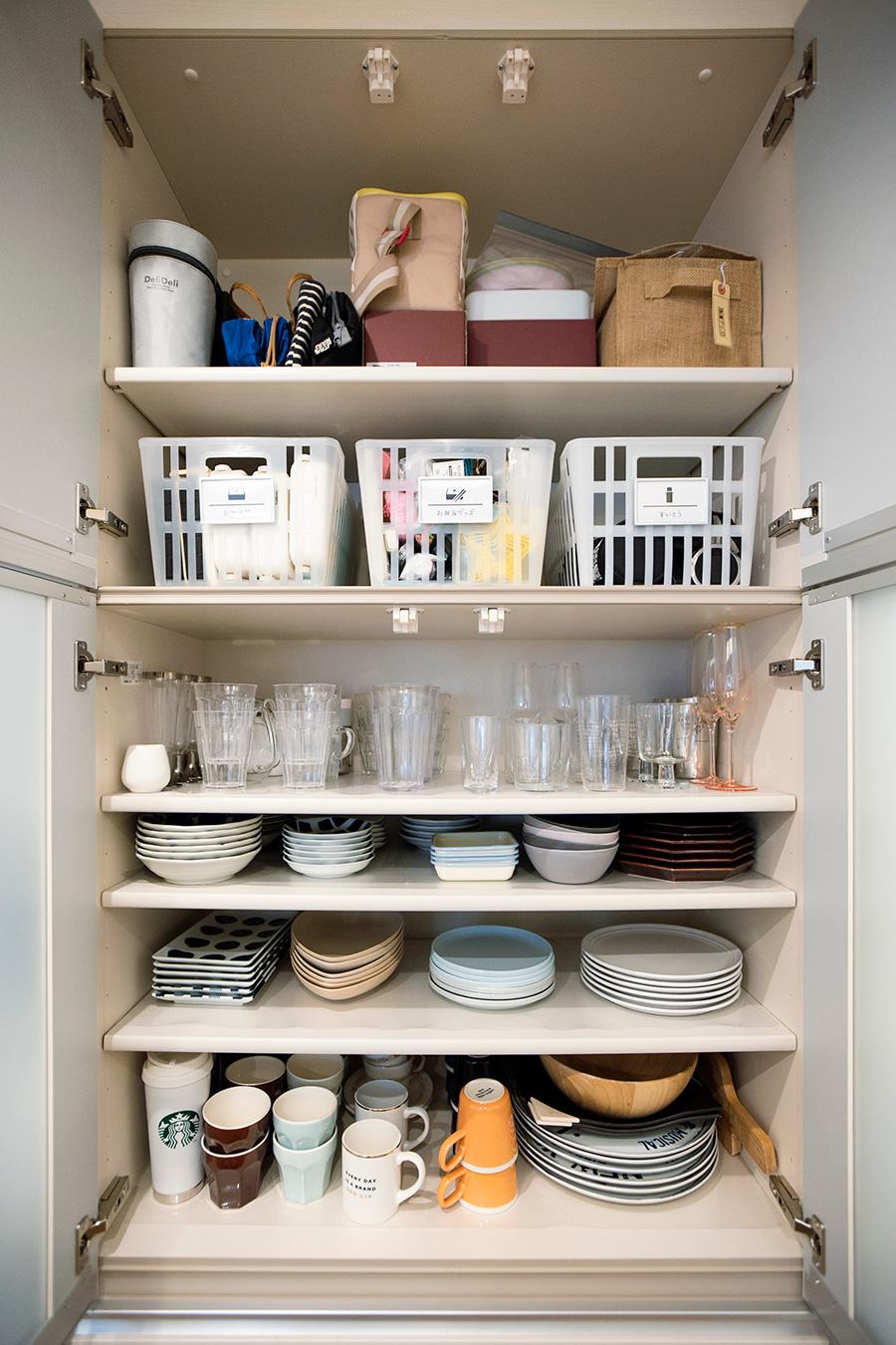 日々使う食器をスタッキングして収納。お弁当グッズはカゴごと取り出して使用している。