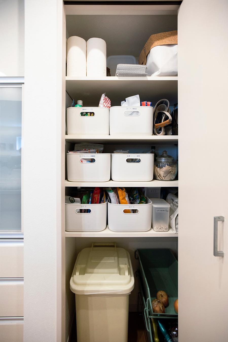 食器棚の横にあるパントリー。調味料やお茶などを、無印良品の収納ケースに。高さがあって使いやすいそう。