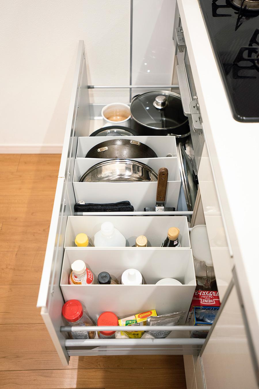 コンロ下にもファイルボックスを活用。フライパンなどの調理器具や、油などを立たせて収納することでごちゃつくのを防ぎ、かつ取り出しやすくしている。