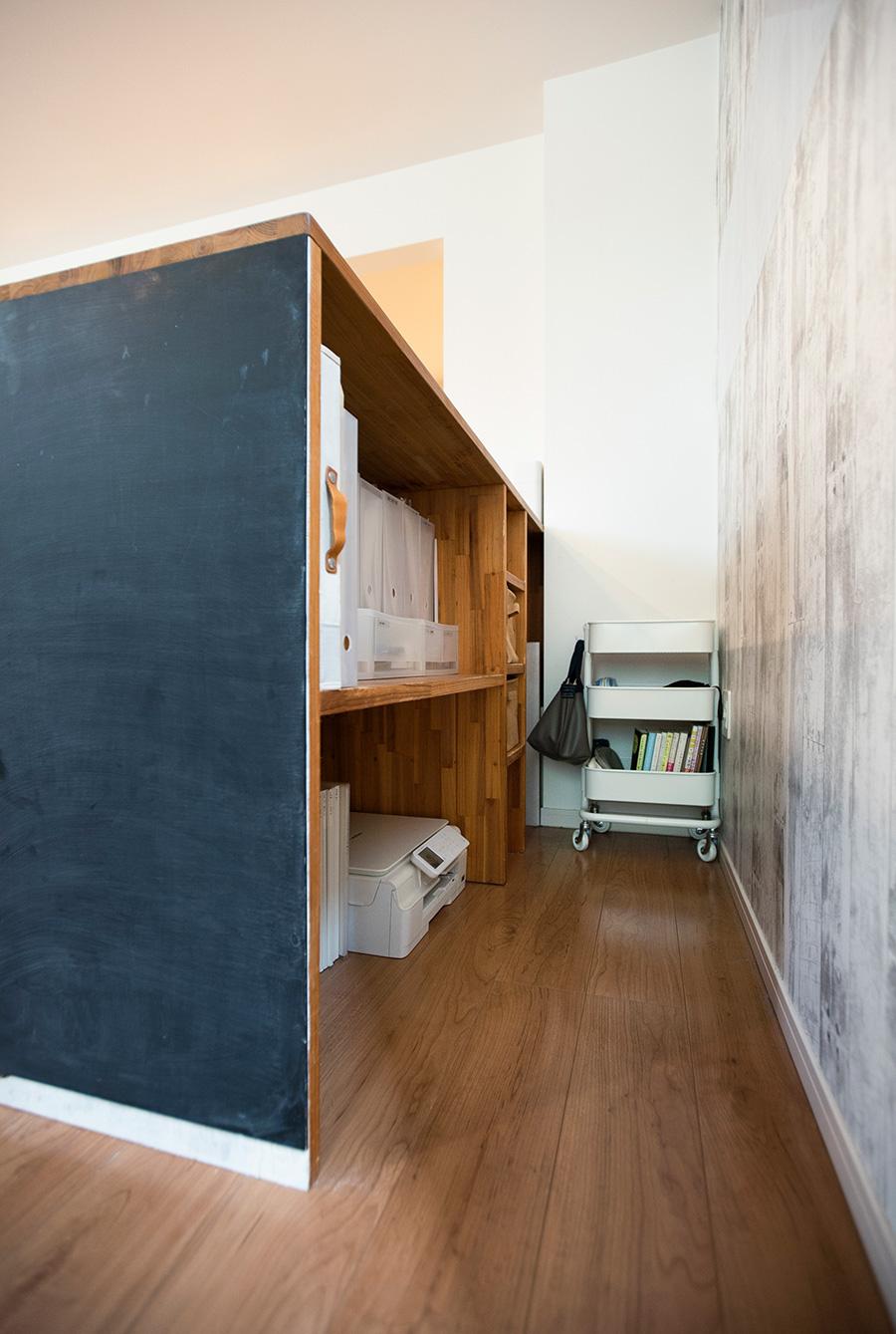 書類やプリンターなどを収める。サイドの黒板は、お子さんのために吉川さんが取り付けた。