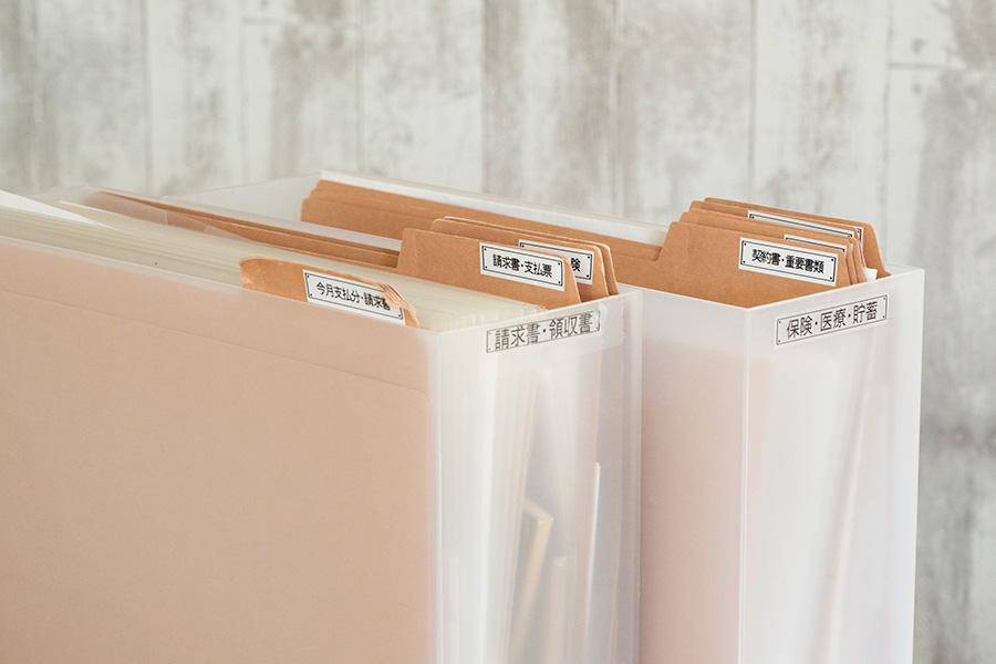 ファイルの中にも仕切りを設けてラベリング。煩雑な書類を探し出す手間が省ける。
