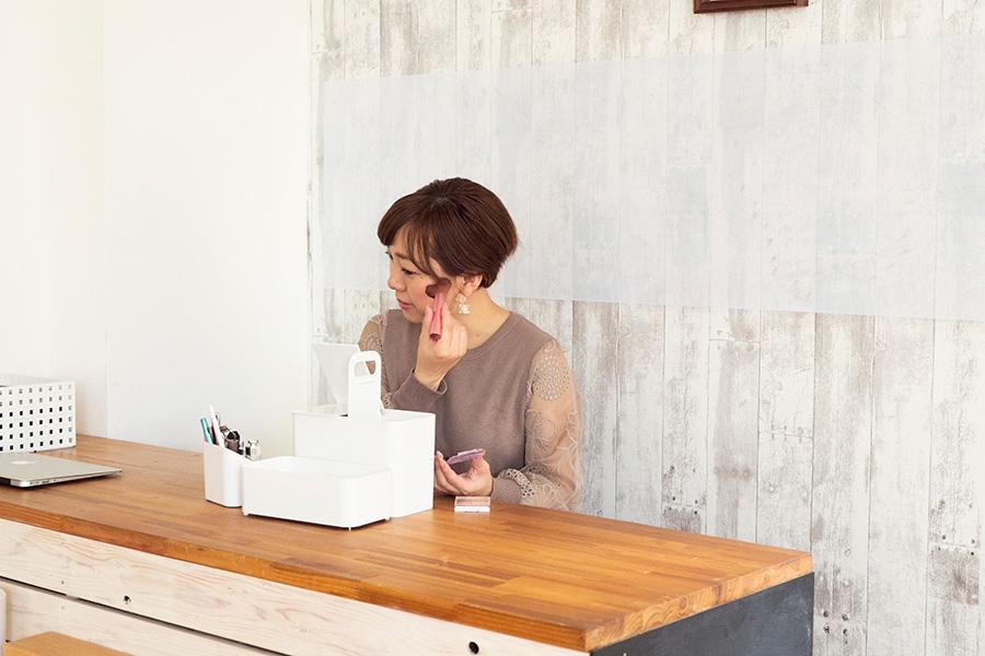 使うものだけを取り揃えたメイク道具は、いつもカウンターの上に置いている。ボックスごと移動させて使用。