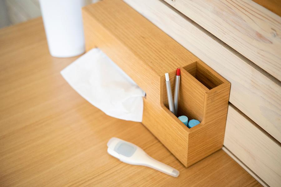 ハンコや赤ペン、そして毎朝欠かせない体温計。子供の通学に必要なものをダイニング上の小物入れ付きティッシュケースに。