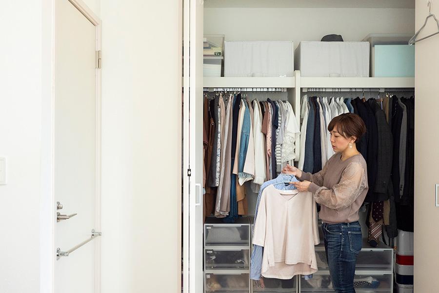 愛用するマワハンガーは、色々なサイズ、形のものを揃えている。洗濯後、肩を合わせてかけて乾かせば、服の形をきれいに保てる。
