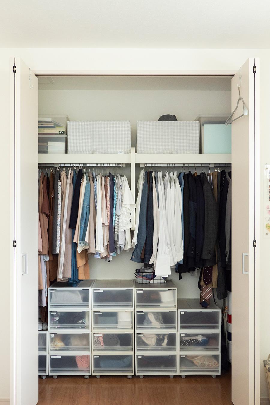 1年分の衣類を一括に収める。右手に夫のもの、左手に吉川さんのものを。
