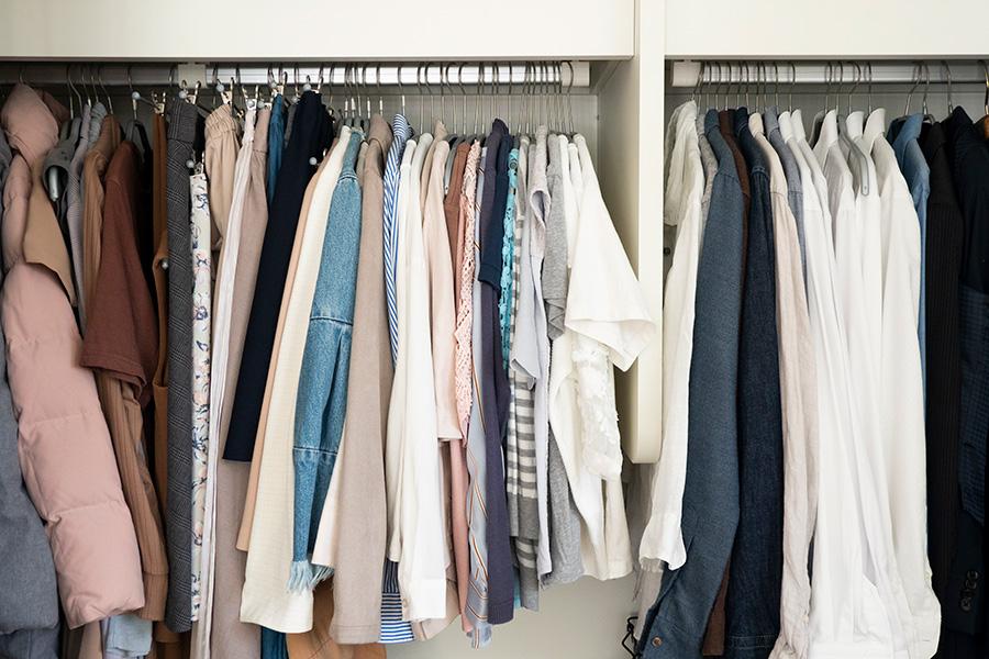 奥の方に季節外の衣類を。シーズン毎にさっと入れ替えることができる。