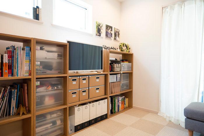 リビングに置いた無印良品の棚には、お子さんたちのものや家族で使う日用品を収納。おもちゃや勉強道具などはざっくりと。