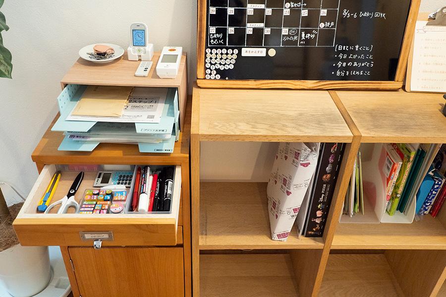 吉川さんの必需品コーナー。ボードには家族の予定をイニシャルで管理。