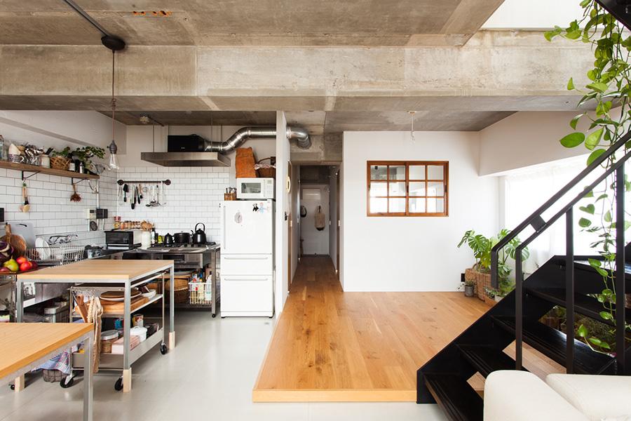 LDKの床はフレキシブルボードと無垢材のフローリングで切り替えた。「いずれ畳を敷いてもいいし、和にも振れるようにしておきたかったんです」。