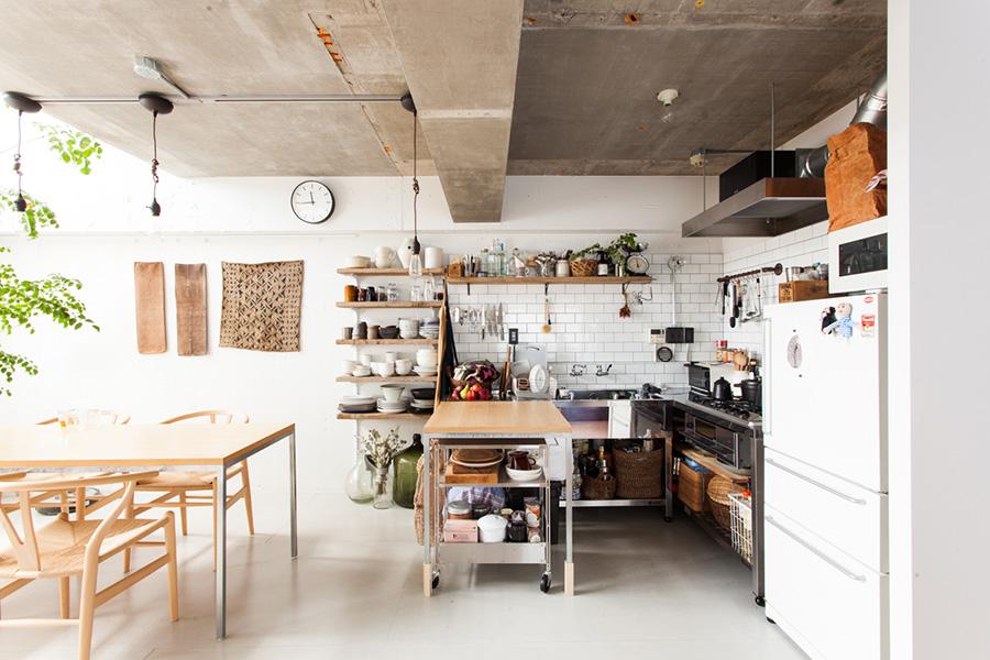 作業台は、木の脚の部分を取り外せばダイニングテーブルとセットに。キッチンの壁にはサブウェイタイルをあしらった。レンジフードはステンレス板で造作。