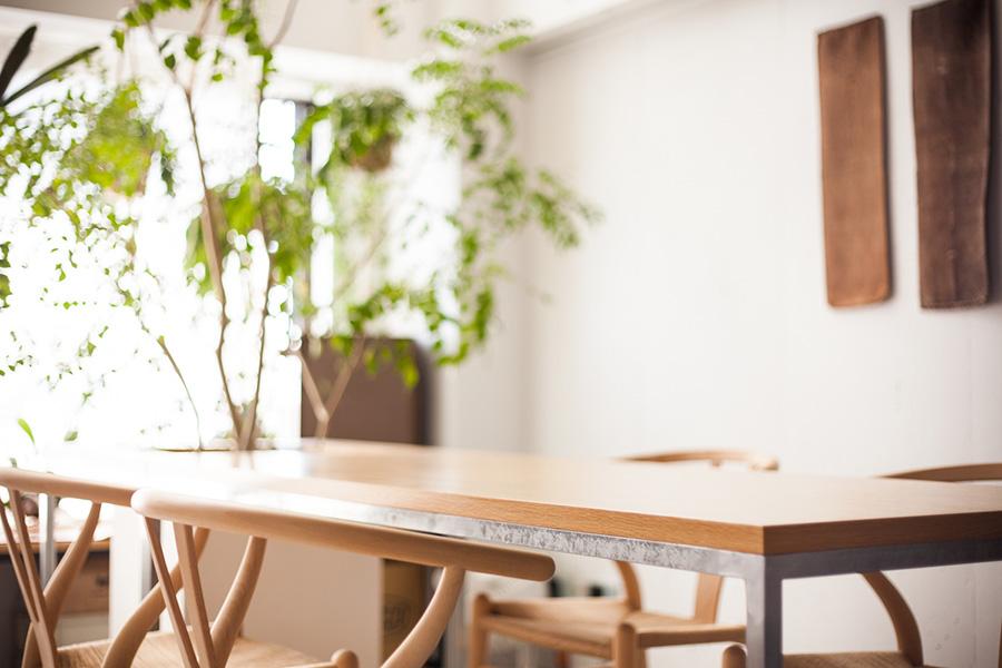 木とステンレスでオーダーメードしたダイニングテーブル。Yチェアに似合う。