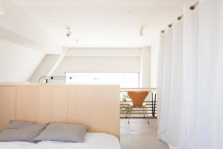 ガラスのブロックを通して、寝室にやわらかい光が入る。