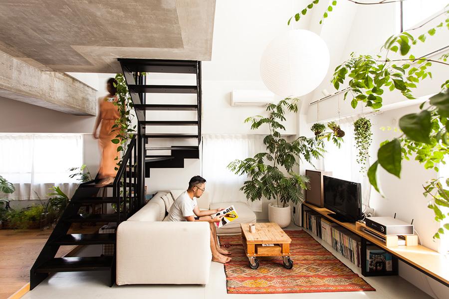 鉄骨の階段が中央に。照明はイサムノグチのAKARI。モロッコのキリムの上には、妻が大学時代に作ったソファーテーブルが。