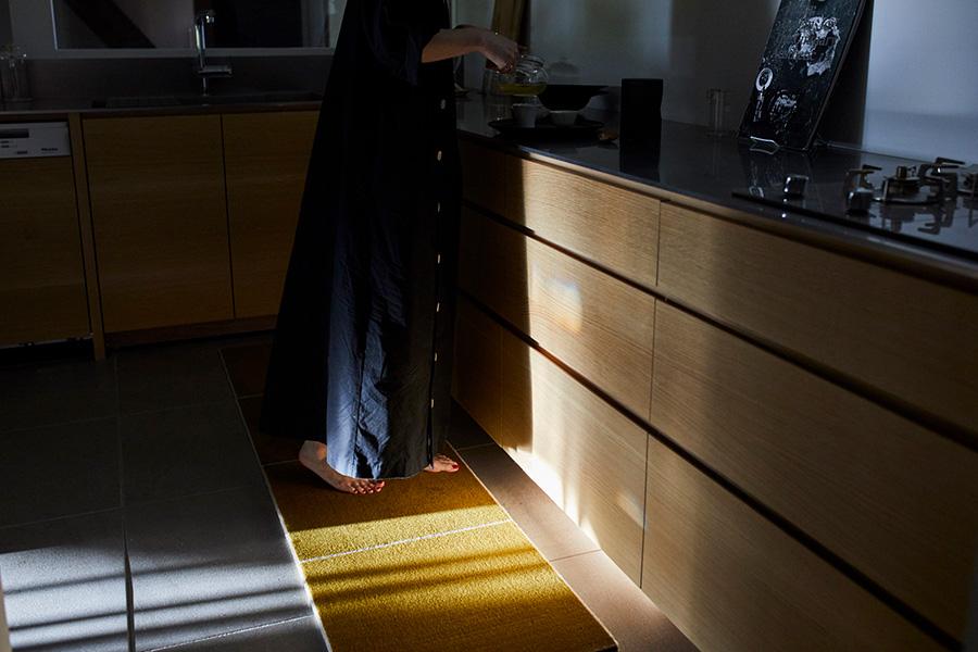 キッチンのラグとして肌触りのいいウールカーペットを敷く。裏面に滑り止めが施されているが、市販の滑り止めテープを併用すればさらに動きにくくなる。