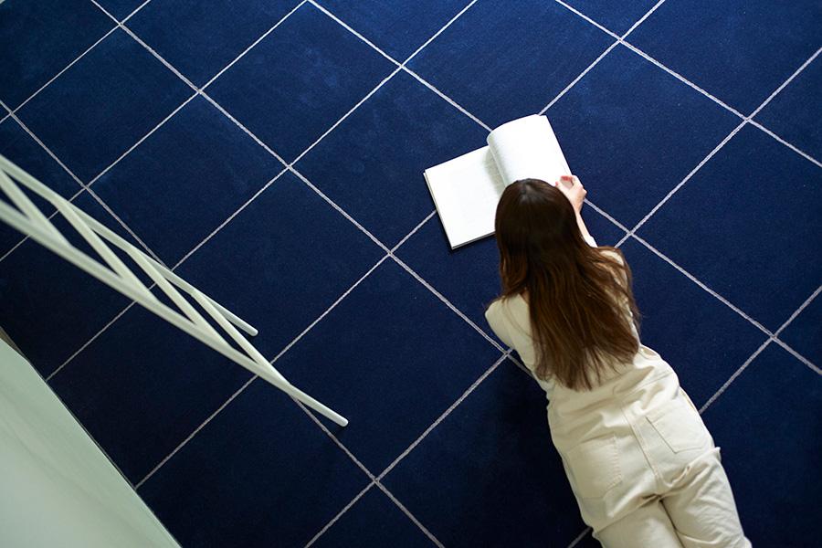 高品質のウールのカーペットは肌触りがよく、夏でも快適に過ごすことができる。