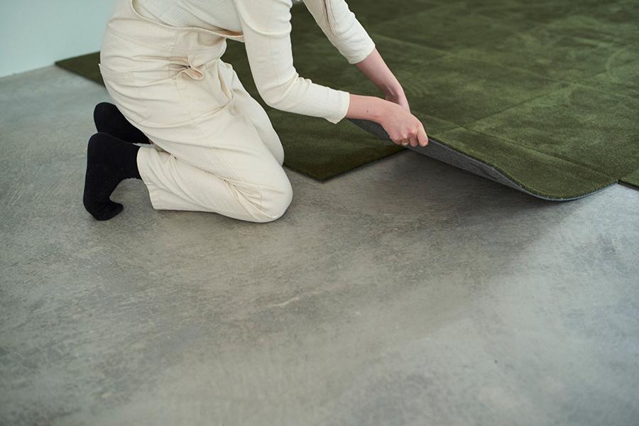 部屋の端から敷いていく方法が簡単。横から力を入れて敷き込んでいく。