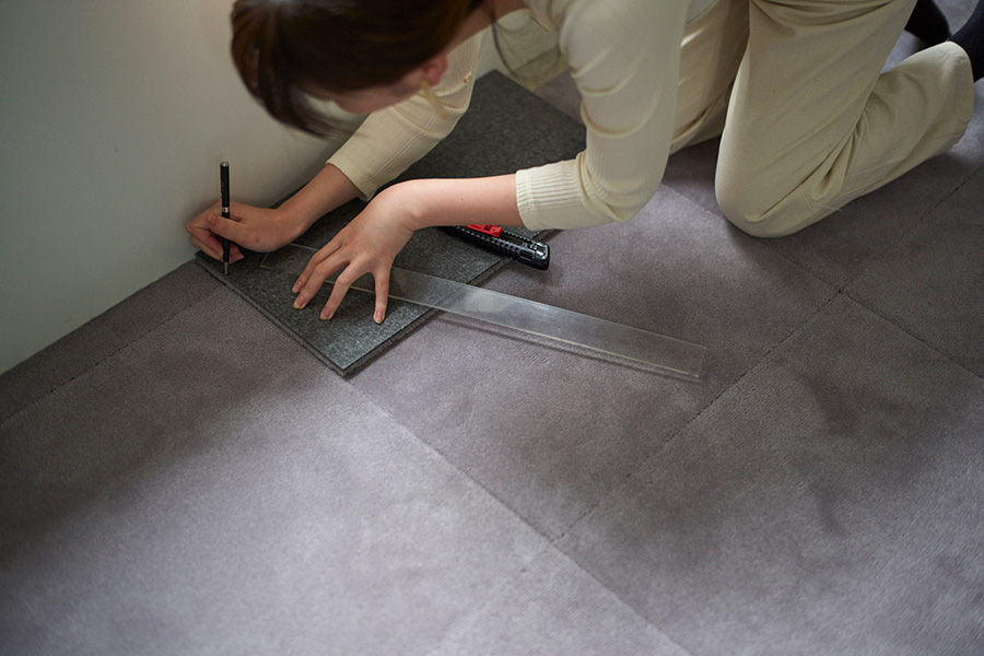 カーペットをカットして敷き込む場合は、部屋の中の目立たない場所にカットした部分が来るように敷いていくとよい。