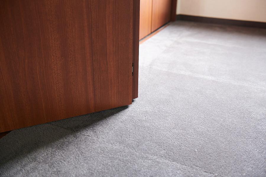 扉と床の間に、カーペットの厚み分の余裕があることを確認しておこう。