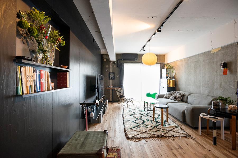 躯体現しの空間に、無塗装の床、黒塀のような仕切り壁が和モダンな雰囲気。ペンダントライトはハワードミラー社製のジョージ・ネルソン バブルランプ。特殊なプラスチックをスプレーでコーティングしている。