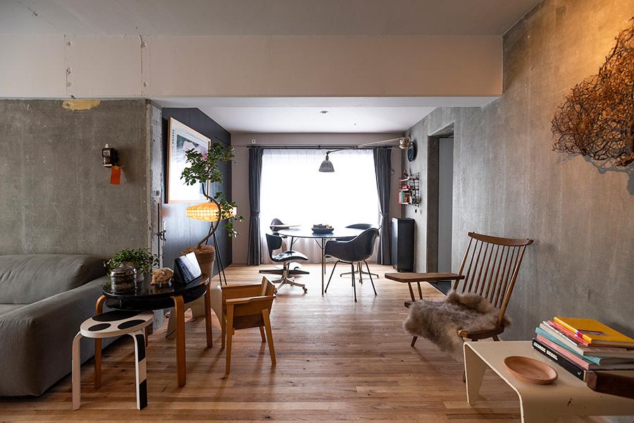 家具を含め、部屋全体に白から黒のグラデーションをつけて色彩構成。バルコニーから明るい光が入る。