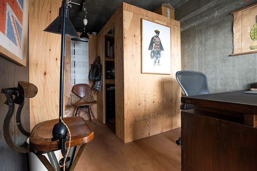 ワークスペースの床はラワンで。ラーチ合板を使い、すっきりさせられるようにウォークインタイプにした収納と、本棚を設けた。